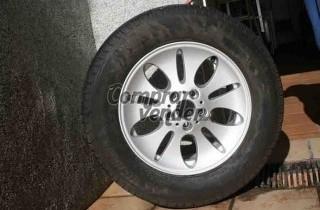 Un neumático nuevo Michelin HP 235/65 R 17 104 V, con  llanta  de BMW incluida.