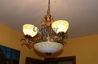 Dormitorio con mesillas, chiffonier y lámpara